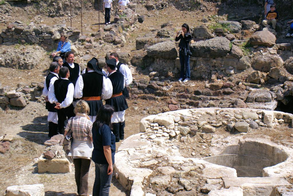 Heiliger Brunnen und Folkloregruppe